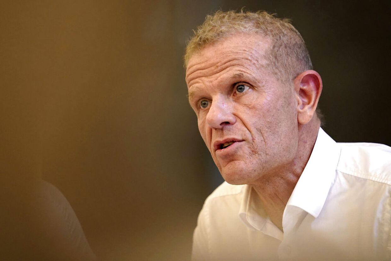 Chefen for Forsvarets Efterretningstjeneste (FE), Lars Findsen, er fritaget fra tjeneste indtil videre. Ifølge Tilsynet for Efterretningstjenester har FE fortiet oplysninger og gennemført operationer i strid med loven.