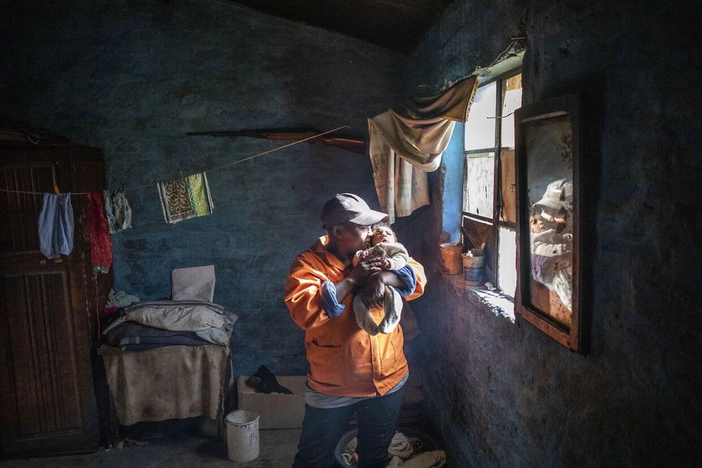 Sally Webster fra Sydafrika holder sit nyfødte barn 11. juni 2020. Familien med fem andre børn overlever på hjælp og bistand under nedlunkingen på grund af coronavirus. EPA.
