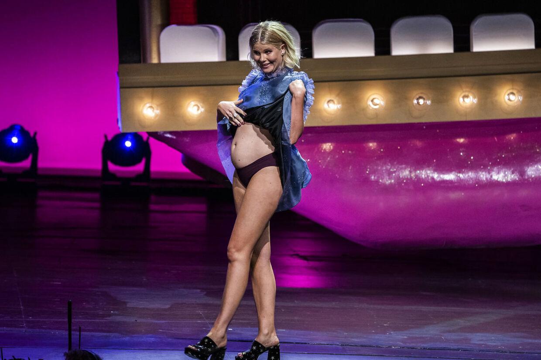 Sofie Linde på scenen ZULU Comedy Galla 2020.