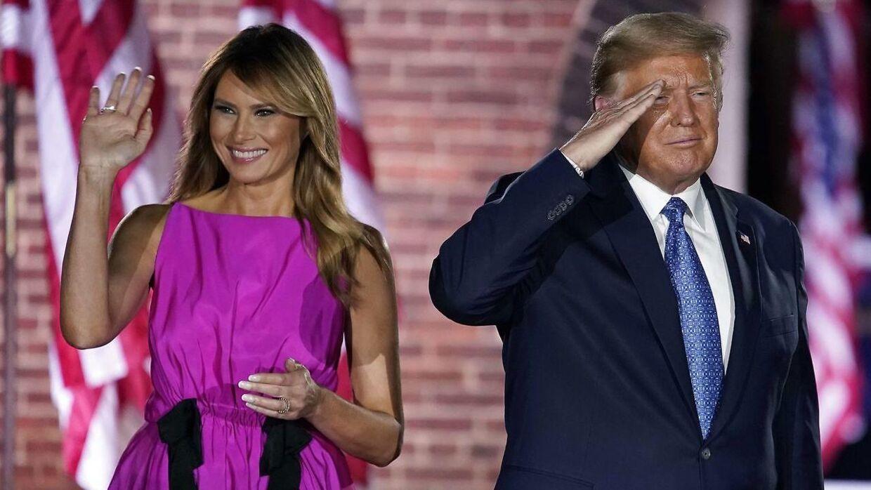Melania Trump med sin mand, Donald Trump, ved sin side.