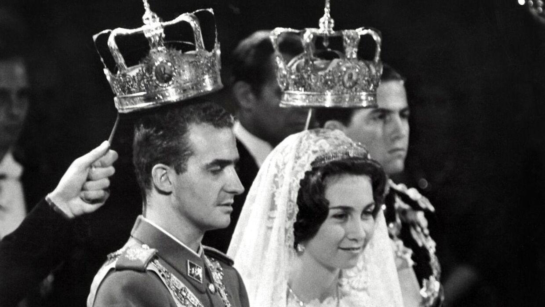 Kong Juan Carlos blev i 1962 gift med den græske prinsesse Sophia af Grækenland. Hun er søster til ekskong Konstantin og dermed svigerinde til eksdronning Anne-Marie.