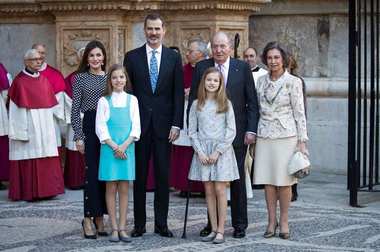 Juan Carlos valgte som følge af skandalerne i 2012 at abdicere i 2014 og overlade tronen til sin søn Felipe. Her ses Juan Carlos, hans kone, eksdronning Sofia, med kong Felipe, dronning Letizia samt deres døtre prinsesse Sofia og prinsesse Leonor.