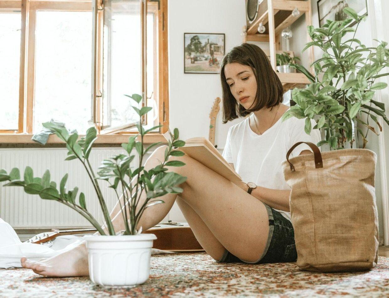 Planter og blomster kan blive en stor del af din indretning og give dit hjem et afslappende atmosfære. Samtidig renser planterne luften i dit hjem. Det er ren win win!