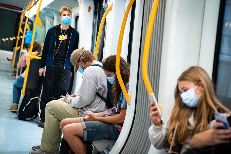 Krav om mundbind eller visir i offentlig transport. (Foto: Emil Helms/Ritzau Scanpix)