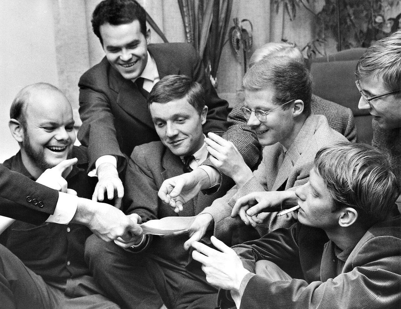 Unge forfattere modtager check fra deres forlægger. Fra venstre Mogens Jacobsen, Johannes Møllehave, Henrik Stangerup, Anders Bodelsen, Torsten Junge og Jørgen Matthiassen.