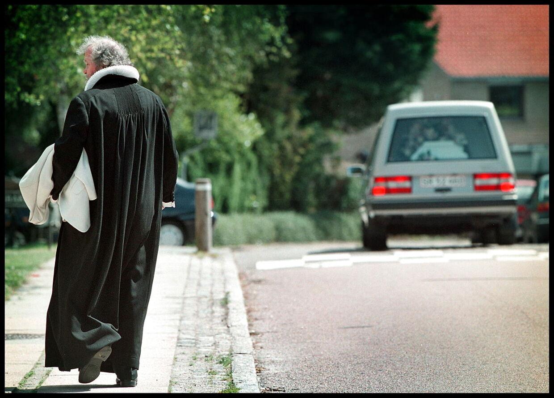 At stå for sin egen kones begravelse var uden tvivl en af de tungeste opgaver for Johannes Møllehave i hans mange år som præst. Her køres hun væk fra Virum Kirke.