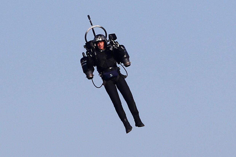 Her flyver en mand i en såkaldt jetpack under Red Bull Air Race VM i Cannes, Frankrig i 2018.