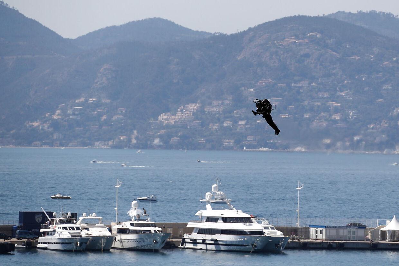 Iført en jetpack flyver han over bådene i Cannes.