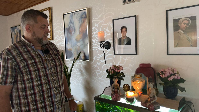 Mathis' mor er fra Thailand og buddhist, og derfor skal hans aske spredes i vandet i Thailand, som mange af hans familiemedlemmers er blevet. På grund af covid-19 har familien dog ikke kunnet komme af sted endnu. Henrik håber, at det kan lykkes, inden året er omme. Indtil da står Mathis' aske på et lille alter i stuen.