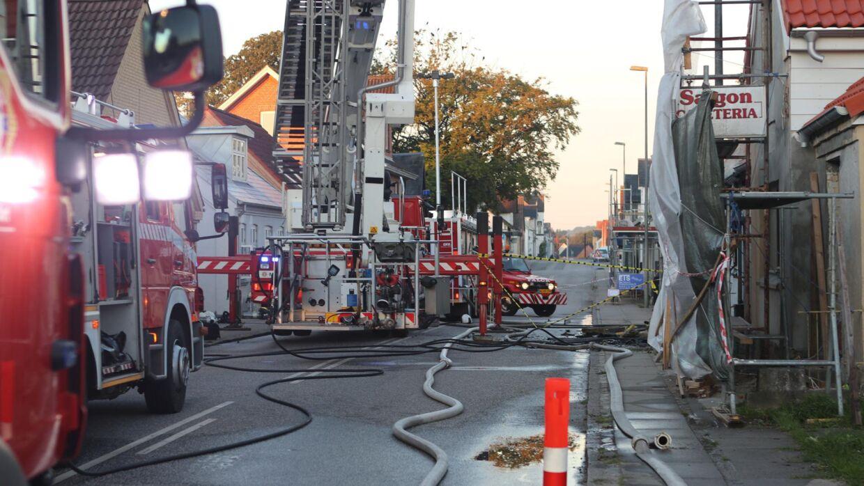 En voldsom brand brød natten til torsdag ud i et hus i Ejby på Fyn.