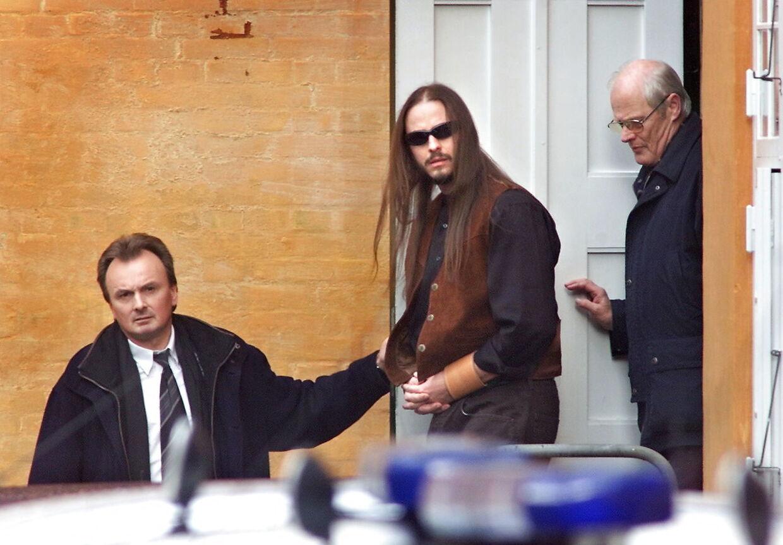 Lundin-sagen. Peter Lundin føres ud af Østre Landsret efter domsafsigelsen torsdag 15. marts 2001. Peter Lundin fik livsvarigt fængsel for drabene på Marianne Pedersen og hendes to sønner. Dommen var enstemmig. (Foto: KELD NAVNTOFT/SCANPIX NORDFOTO 2001)