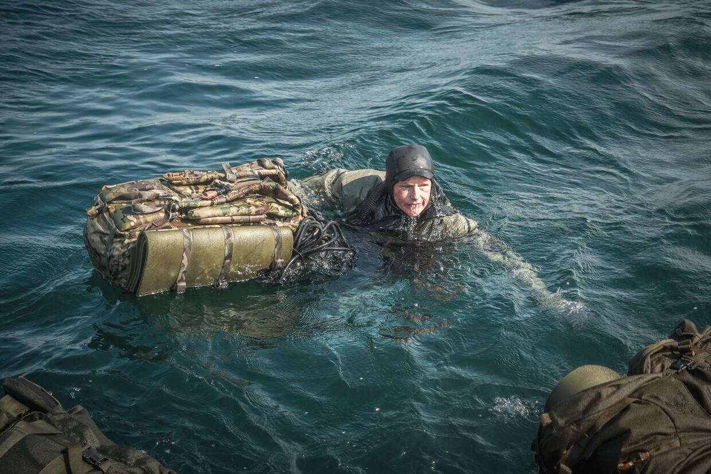 I mere end seks timer lå Lene på ryggen og svømmede i bagende sol, da hun skulle svømme 10 kilometer på åbent hav med fuld udrustning, gevær og rygsæk.