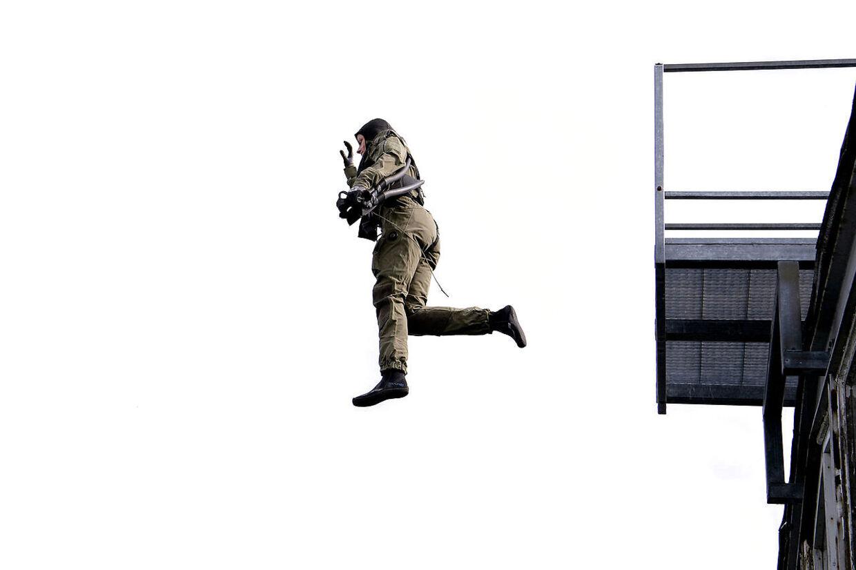 Inden de springer ud fra helikopteren, øver de springet fra hangaren på marinestationen.