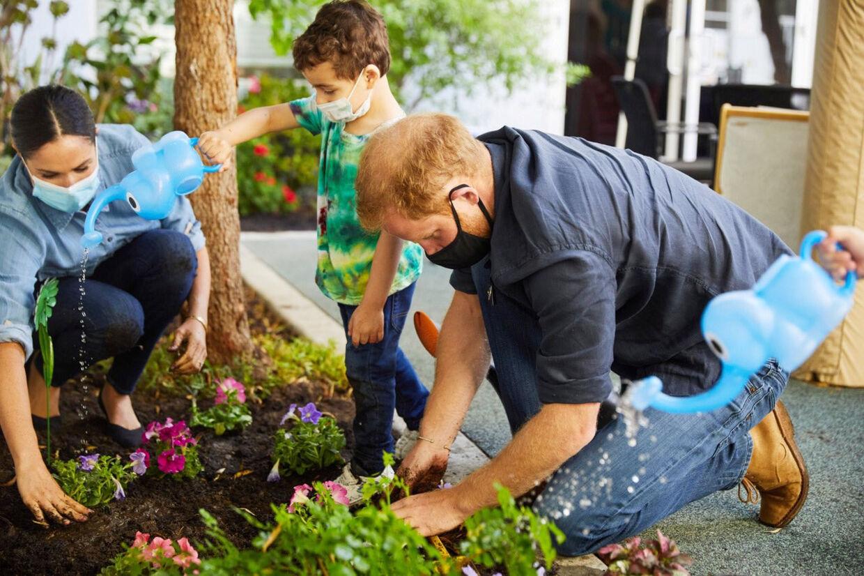 Harry og Meghan har omlagt deres liv efter de droppede de kongelige gemakker. De er blandt andet flyttet til Californien, hvor de f.eks. deltog i et projekt med at lære børn at plante blomster på en folkeskole.