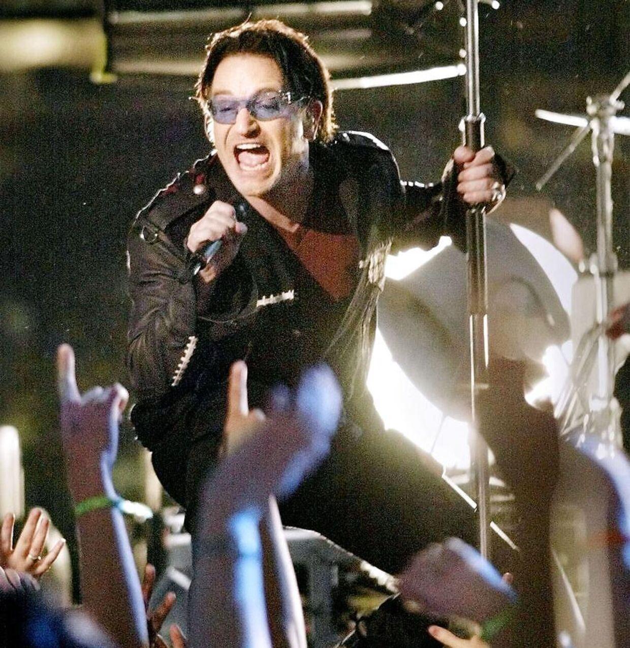 Bono fra den irske gruppe U2 giver koncert ved Super Bowl XXVI i New Orleans i 2002