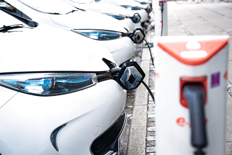 Elbiler til opladning i København, mandag den 7. september 2020. Kommission præsenterede mandag en rapport om grønt bilafgiftssystem. Rune Kidde var inde og snakke om rapporten. (Foto: Emil Helms/Ritzau Scanpix)