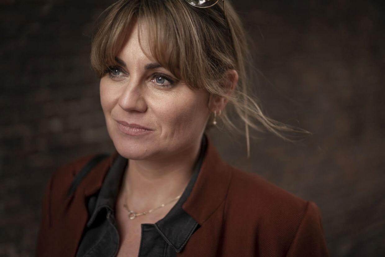 Journalist Karen-Helene Hjorth fotograferet på sin stamcafé i pisserenden i København.