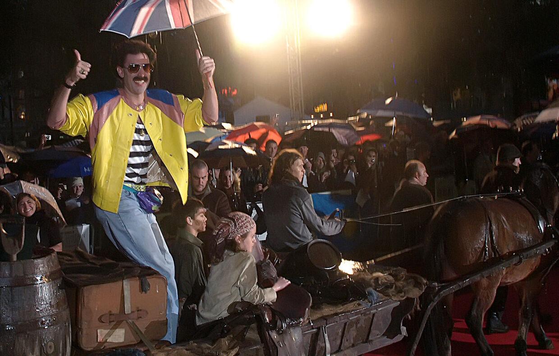 Komikeren Sacha Baron Cohen ankommer til Leicester Square i en hestevogn for at overvære den britiske premiere på filmen 'Borat'.