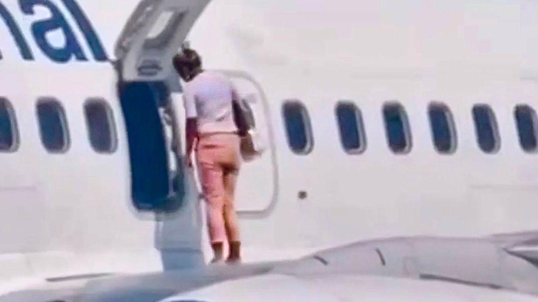 For øjnene af sine børn kravlede kvinden gennem nødudgangen ud på flyvingen - angiveligt fordi hun fik det varmt i flykabinen.