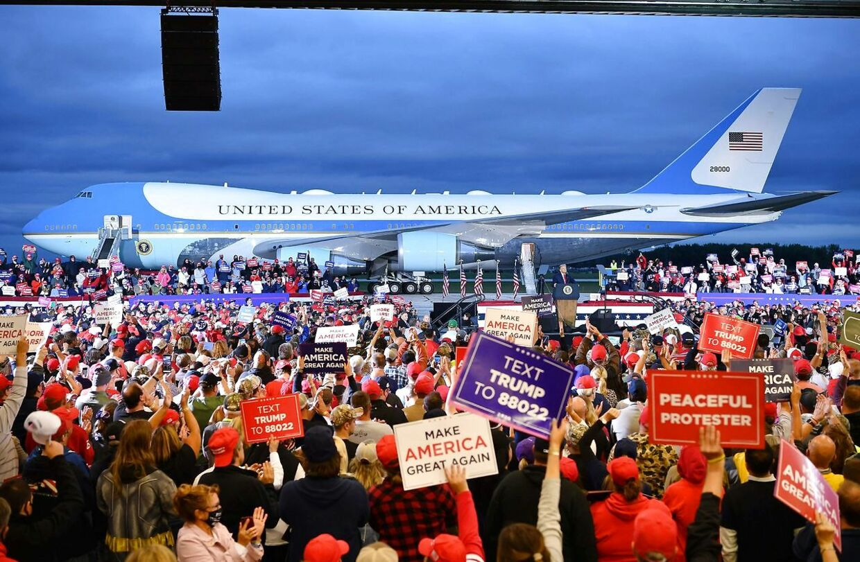 Air Force One dannede dramatisk baggrund for Trumps tale i Michigan.