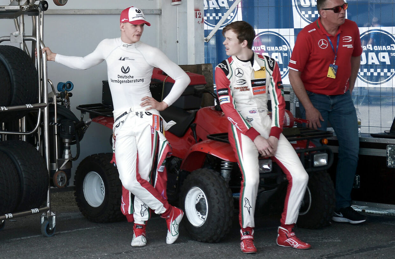 Michael Schumacher til venstre og Ilott Callum til højre. (IROZ GAIZKA / AFP)