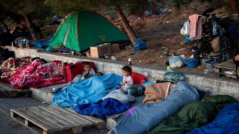 Siden branden tidligt onsdag har tusindvis af asylansøgere sovet på gader eller i døråbninger.