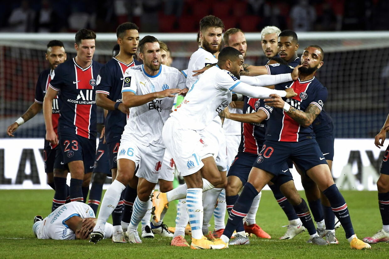 epa08667288 Paris Saint-Germain's Layvin Kurzawa (R) scuffles with Olympique Marseille's Jordan Amavi (C) during the French Ligue 1 soccer match between Paris Saint-Germain (PSG) and Olympique Marseille at the Parc des Princes stadium in Pa​ris, France, 13 September 2020. EPA/Julien de Rosa