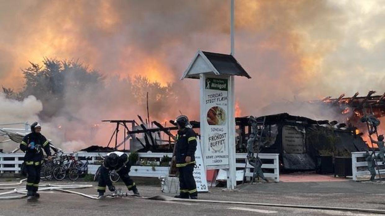 Den nedbrændte restaurant nær Vig på Nordvestsjælland. Politiet søger nu vidner i sagen. Foto: presse-fotos.dk