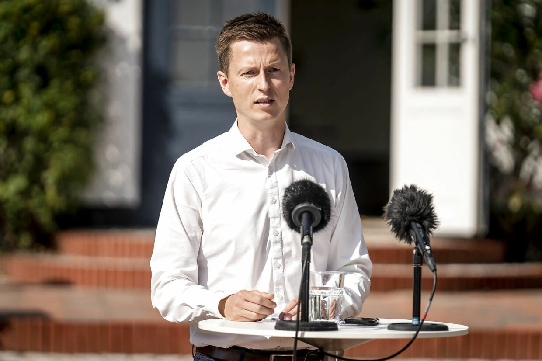 Politisk ordfører Jesper Petersen påstår, at Samira Nawa står alene med sin holdning om, at udenrigsminister Jeppe Kofod er uegnet til at være minister. Den radikale politiske leder, Morten Østergaard, forholder sig tavs.