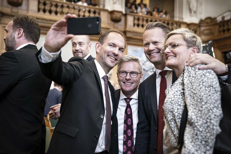 Jeppe Kofod (anden th.) og Pernille Rosenkrantz-Theil sammen med partifællerne.