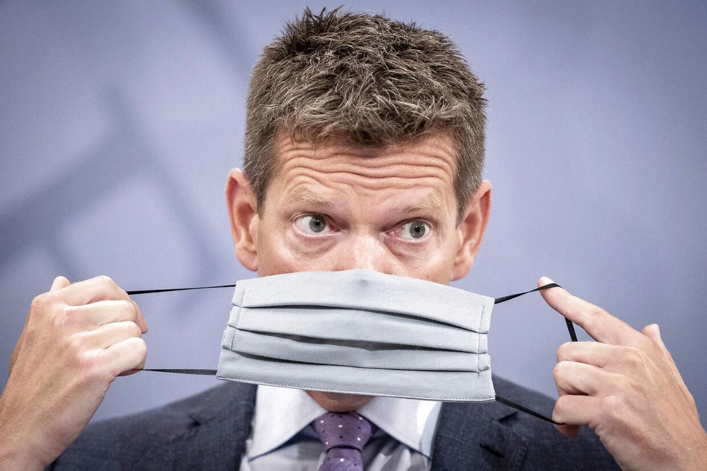 Sundhedsstyrelsens direktør Søren Brostrøm demonstrerer hvordan, man tager mundbind på under pressemøde om covid-19 i Statsministeriet i København, lørdag den 15. august 2020.. (Foto: Mads Claus Rasmussen/Ritzau Scanpix)