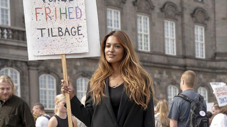 Saszeline Dreyer var den 29 august med til en demonstrationen arrangeret af 'Jorden Frihed Kundskab' og 'Foreningen Nej Til Tvangsvacciner', der foregik foran Christiansborg.