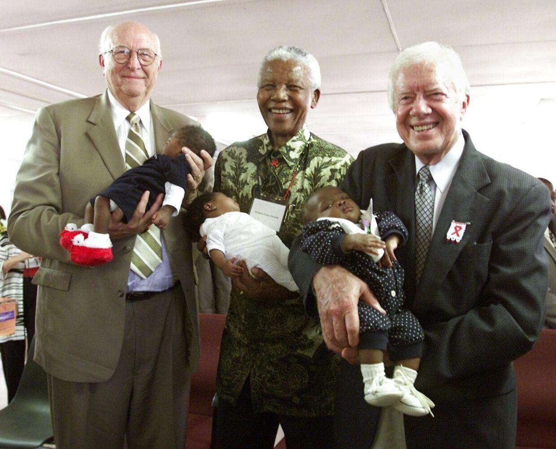 Bill Gates Sr. (tv) i 2002, hvor han mødtes med Nelson Mandela og den tidligere, amerikanske præsident Jimmy Carter.