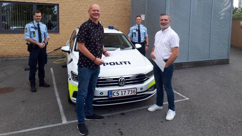 Sydøstjyllands Politi takker her Peter og Espen for deres indsats og belønnede dem med en dusør. Foto: Sydøstjyllands Politi