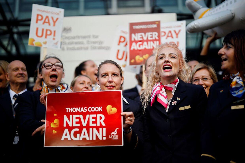 Tidligere Thomas Cookansatte demonstrerer i London, England efter rejsebureauets kollaps i september sidste år.