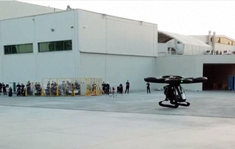 Den flyvende bil under testflyvningen, men folk ser på.
