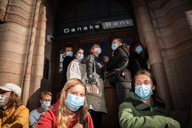 Demonstranter fra Extinction Rebellion limer sig fast på Danske Banks Finanscenter i København torsdag den 17. september 2020.. (Foto: Emil Helms/Ritzau Scanpix)