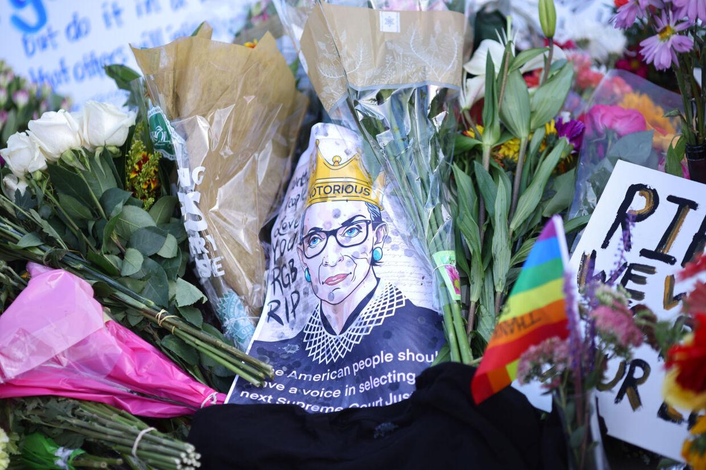Mange amerikanere har lørdag lagt blomster, beskeder og en sidste hilsen til den netop afdøde højesteretsdommer, Ruth Bader Ginsburg, udenfor den amerikanske højesteret i Washington. Carlos Barria/Reuters