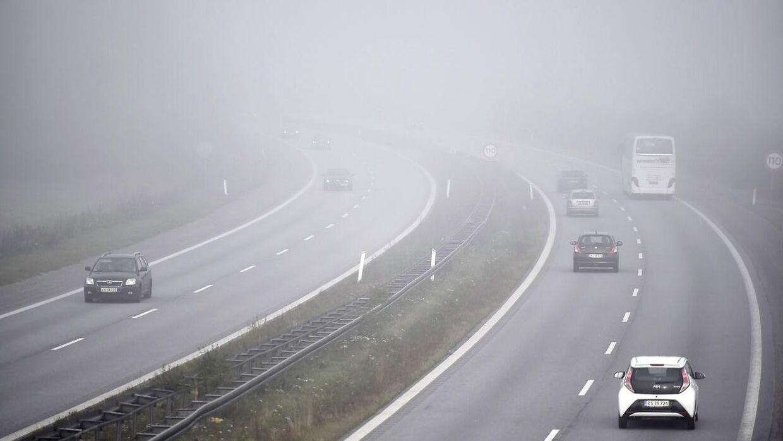 Mandag morgen hænger tågen tæt over Danmark. (Arkivfoto)