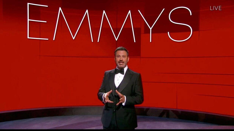 Det var komiker Jimmy Kimmel, der i år var vært for Emmy-uddelingen, som foregik på en noget anderledes måde end normalt.