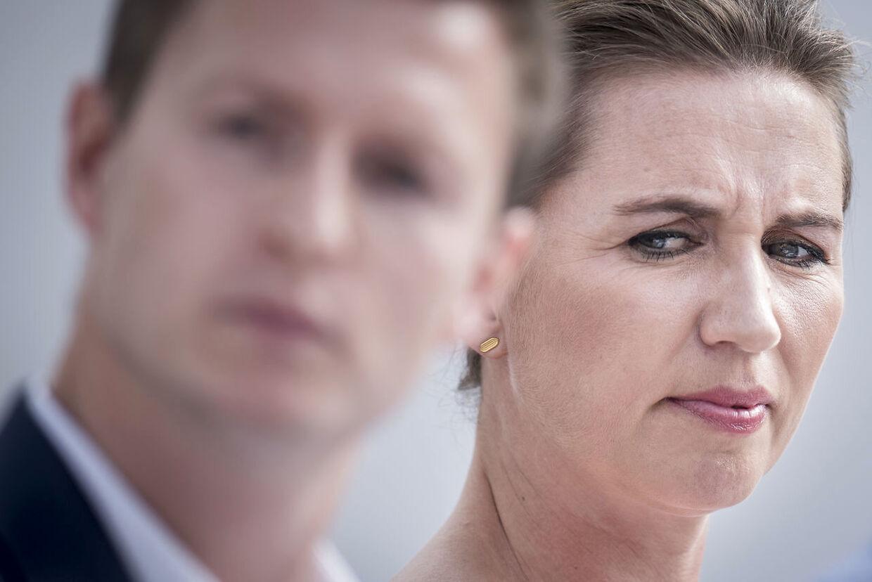 Både Jesper Petersen og Mette Frederiksen greb telefonen for at hjælpe deres partifælle Jeppe Kofod.