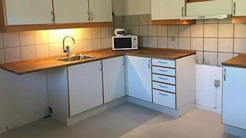 Det fugtramte køkken har familien ikke kunne benytte i fem måneder. Privatfoto.
