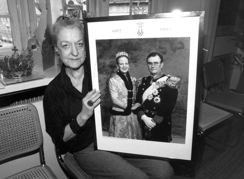 Rigmor Mydtskov var i mange år Dronning Margrethes officielle fotograf. Her ses hun med et af de billeder, hun har taget.