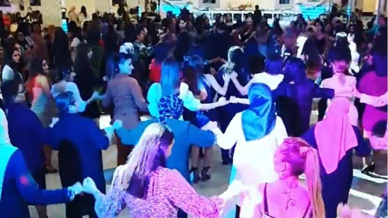 Efter at B.T. havde omtalt et Bryllup i Skovlunde med mange deltagere, hvor der blandt andet blev danset kædedans, valgte myndighederne at forbyde store bryllupper.