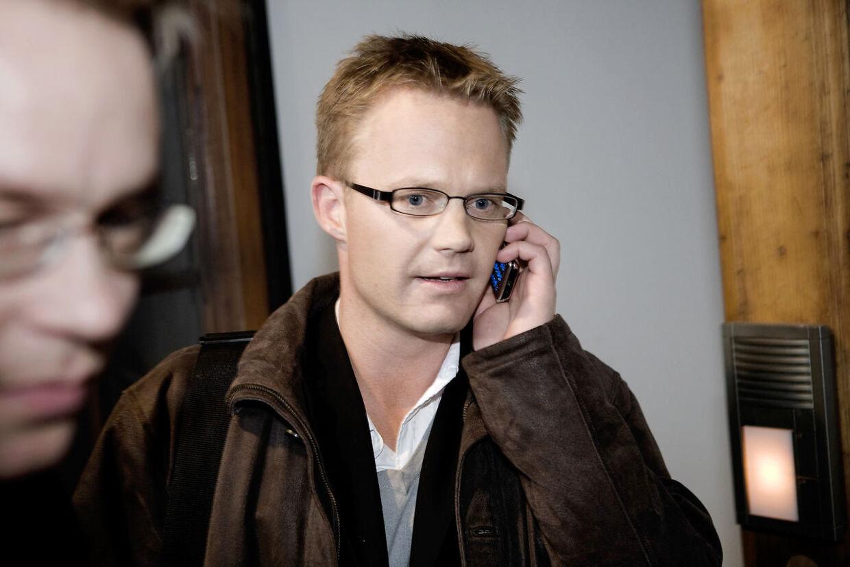 (ARKIV) Socialdemokraten Jeppe Kofod trækker sig som sit partis udenrigsordfører. Det sker efter, at han har haft et 'moralsk upassende forhold' til en 15-årig pige. Jeppe Kofod (Socialdemokraterne) flygter ud fra 'Go' aften Danmark'-studiet på Hovedbanegården, 31. marts 2008. Udenrigsminister Jeppe Kofod (S) undskylder for sexsag fra 2008, som er blevet aktuel igen. Han ville ønske, at det aldrig var sket. Det skriver Ritzau, fredag 18. september 2020. (Foto: Kristian Brasen/Ritzau Scanpix)