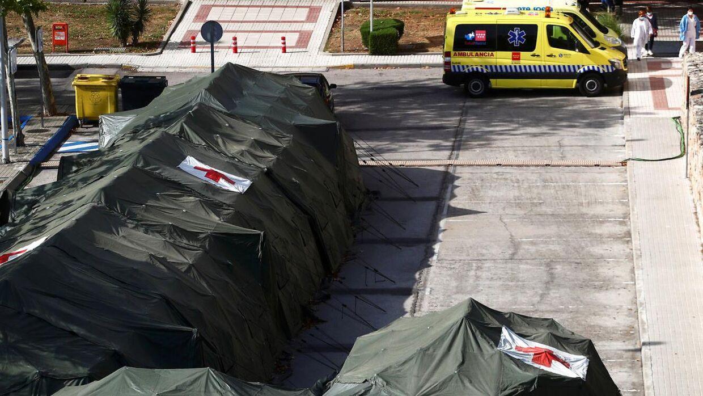 Militæret har sat telte op ved en parkeringsplads i Spaniens hovedstad, Madrid. Billedet her er taget d. 22. september.