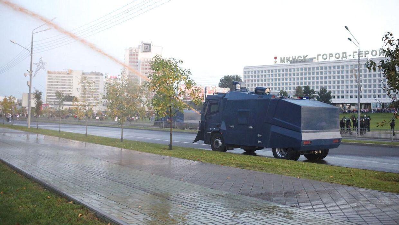 Politiet bruger vandkanoner og anholder demonstranter i Hvideruslands hovedstad, hvor tusindvis protesterer.