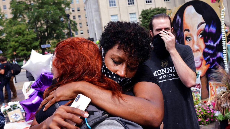 De mange fremmødte foran retsbygningen i Kentucky er lettede over juryens afgørelse.