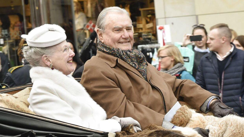 Dronning Margrethe på karettur med sin prinsgemal i forbindelse med sin 75-års fødselsdag.