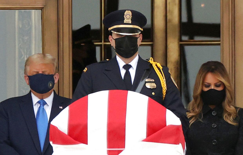 Donald Trump og førstedame Melania Trump ved Ruth Bader Ginsburgs kiste.
